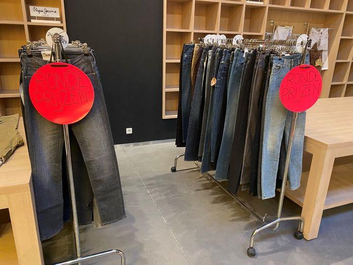 De broeken worden geveild met een startbod van één euro per item