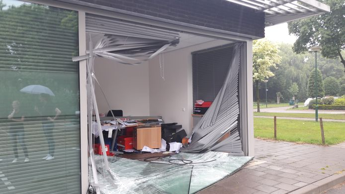 Het kantoor van de apotheek na het ongeval.