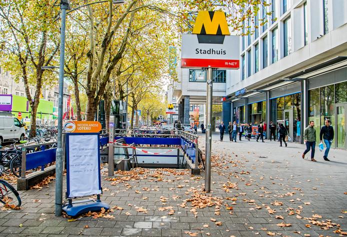 Metrostation Stadhuis aan de Coolsingel was tijdelijk afgesloten na de vondst van asbest tijdens een verbouwing.