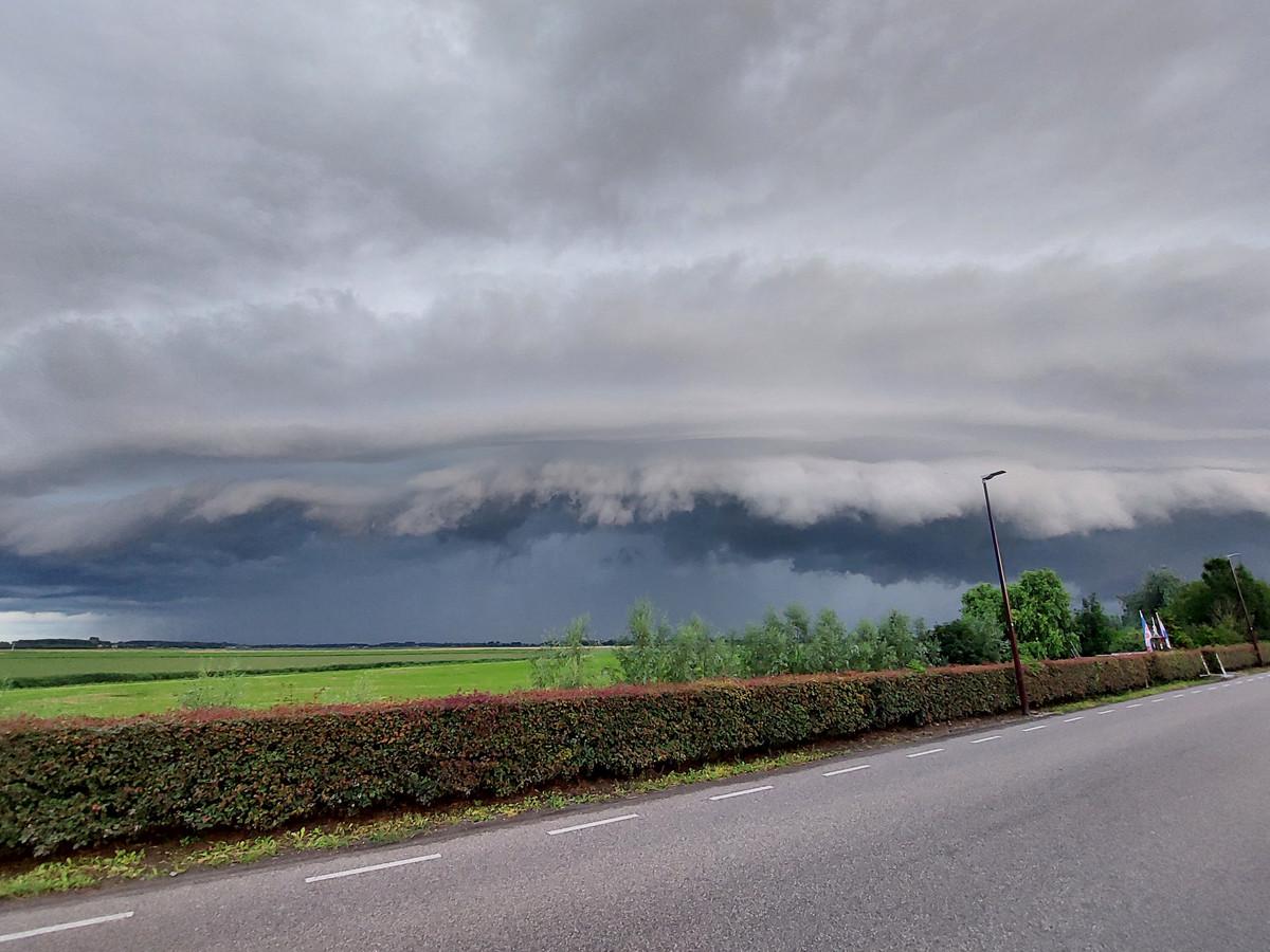 Rolwolken boven Stampersgat, juli 2021. Vorig weekend kregen verschillende kernen in West-Brabant te maken met wateroverlast na hevige regenval.