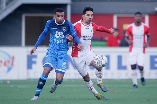 Dabney Dos Santos van Heracles en Tom Hiariej van FC Emmen.