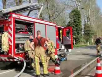 Grasmachine vat vuur in loods
