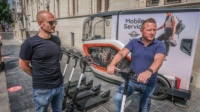 We zien (links) Jonathan De Boer van Bird, in het gezelschap van schepen Axel Weydts