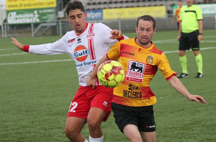 Nicolas Ducatteeuw (vooraan) met RC Waregem tegen SV Oostkamp. Ducatteeuw, momenteel aan de slag bij Jong Zulte, versterkt de rangen van de tweedeprovincialer.