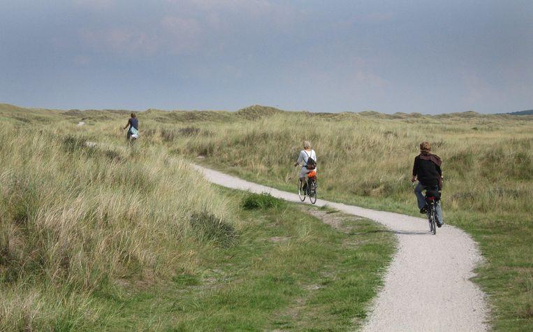 Fietsen door de duinen van Vlieland. Beeld Koen Suyk