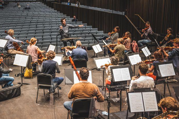 Symfonieorkest Vlaanderen - met helemaal rechts vooraan op de eerste vioolstoel Veerle Houbraken (gestreepte trui) - repeteerde 'Porgy & Bess' van George Gershwin.