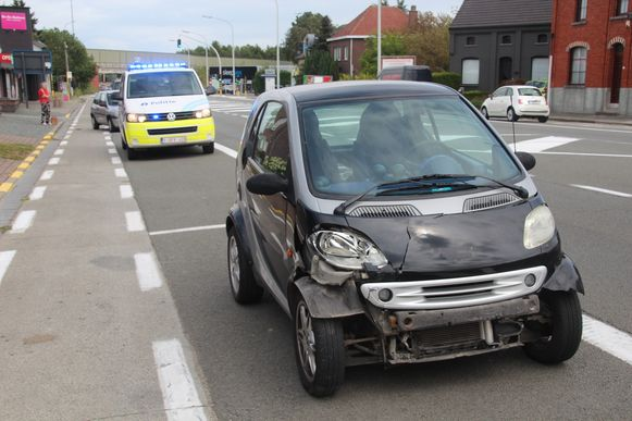 De Smart raakte vooraan beschadigd.