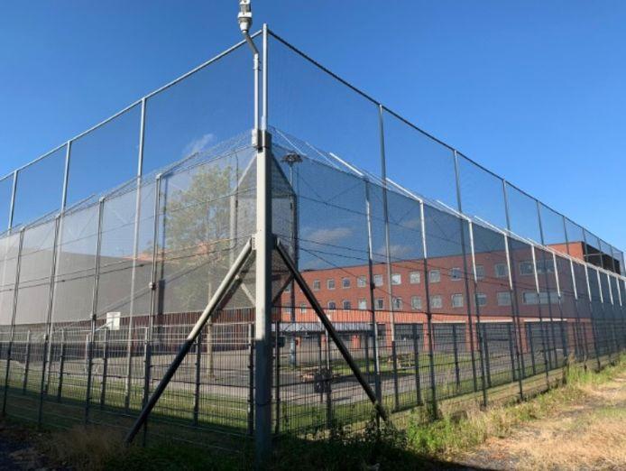 Hoge netten moeten voorkomen dat er smokkelwaar op de luchtplaats van de Dordtse gevangenis terecht komt.
