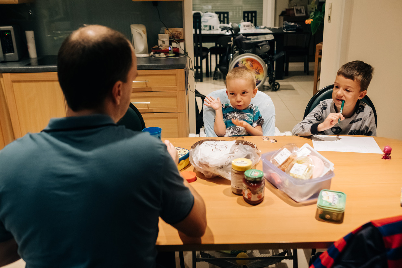 Papa Bart, Tuur in zijn speciale stoel, en broer Flor aan de ontbijttafel. Beeld Wouter Van Vooren