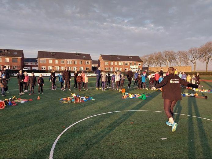 Een training van Altena Road Runners op de velden van korfbalvereniging ACKC in Almkerk.
