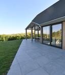 De terraslijn volgt de oude bestemmingsplanlijn. Op de hoek van het dak is in een evenwijdige lijn een hoek vrijgemaakt voor balken die uitzicht bieden en zon weren.
