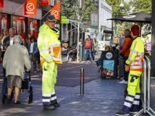 Verkeersregelaars wijzen winkelpubliek Rijssen op naleven van 1,5 meter afstand