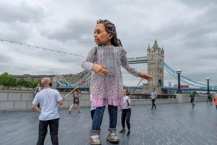 Little Amal, een reuzenpop die een Syrisch meisje uitbeeldt, komt naar Antwerpen.