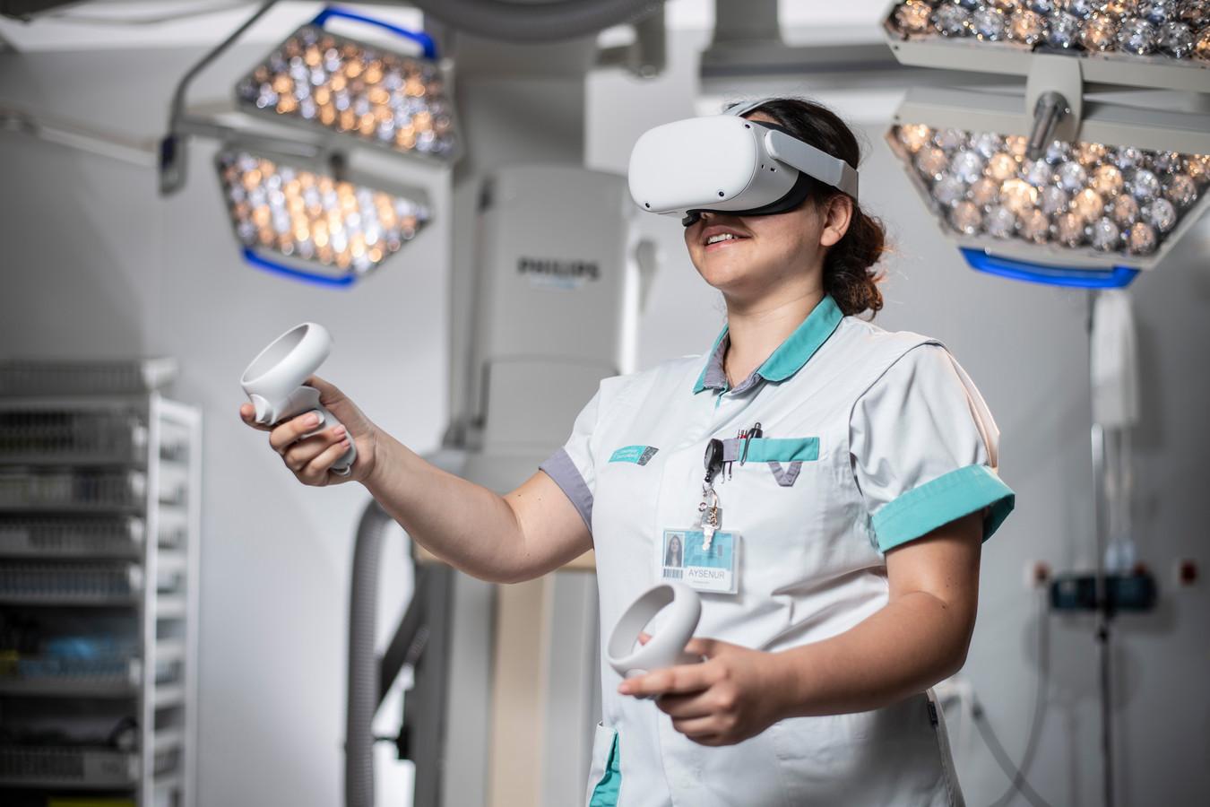 Een VR-bril, twee controllers en een op maat gemaakte VR-applicatie, meer is er niet nodig.