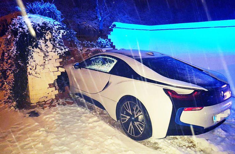 Deze BMW i8 schoof uit de bocht in Snellegem.