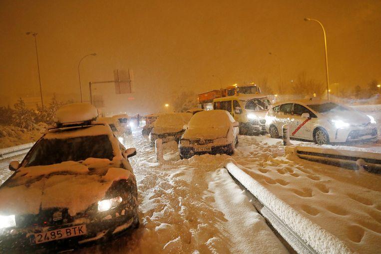 Auto's zitten vast in de sneeuw. Beeld REUTERS