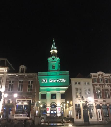 Bergse gebouwen kleuren groen