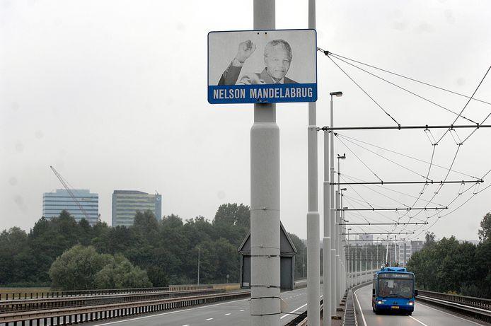 De Eldenseweg in Arnhem-Zuid op archiefbeeld. De vangrail tussen de rijstroken gaat verdwijnen, de afscheiding langs de busbaan blijft.
