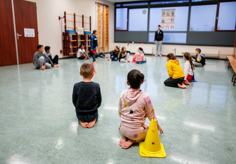 Basisschoolleerlingen krijgen gymles in de noodopvang. Beeld ANP