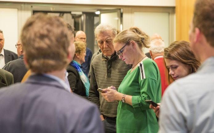 Anke van Extel en Harrie Verkampen van het CDA wachten in het gemeentehuis op de verkiezingsuitslag van Gemert-Bakel.