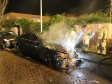 Geparkeerde auto in lichterlaaie aan Haagse Gasseltestraat