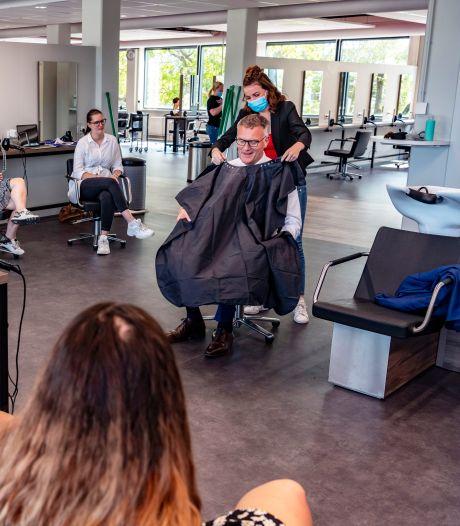 Burgemeesters van Oisterwijk en Gilze en Rijen laten zich knippen door mbo'ers