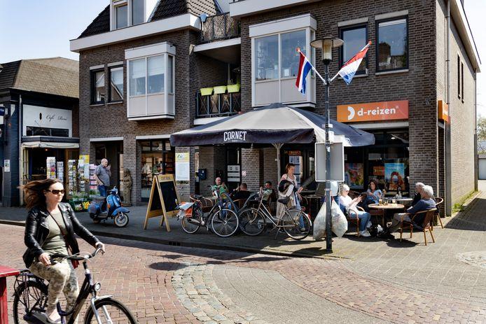 Woensdagmiddag: het terras van Café René (links) moet bij de buren staan, het pand van het failliete D-Reizen