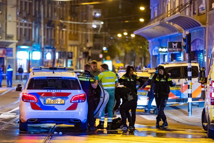 Politie en hulpdiensten rukten massaal uit. Ook vlogen er politiehelikopters boven Amsterdam.