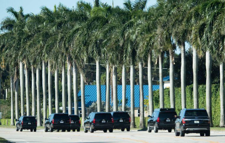 Trump arriveert met escorte bij zijn golfbaan in Florida. Beeld AFP