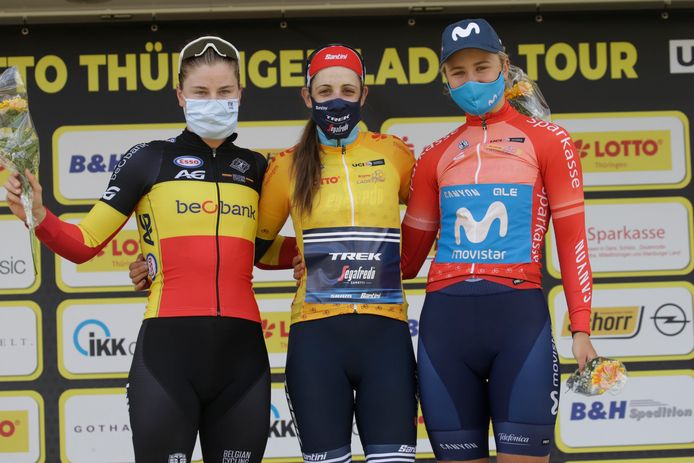 Het eindpodium van de Lotto Thüringen Ladies Tour met Belgisch kampioene Lotte Kopecky, eindlaureate Lucinda Brand en nummer drie Emma Norsgaard.