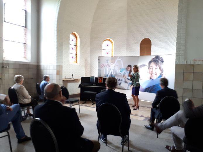 Mooilandbestuurder Anne Wilbers vertelt de aanwezigen in de kloosterkapel over de lange aanloop naar deze verbouwing.