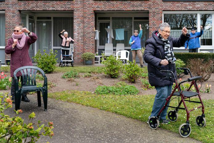 Instructeur Tom Jacobs zet de bewoners van Woonzorgcentrum Theresia in beweging.  Van de beweegles werden opnames gemaakt.