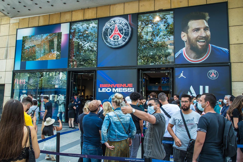 De fanshop van PSG maakt overuren na de komst van Lionel Messi. Beeld EPA