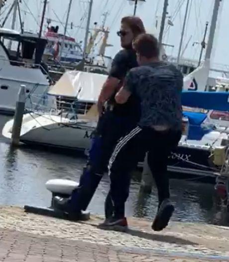 Jongen duwt boa op Urk de haven in: 'Hoe haal je zoiets in je hoofd?'