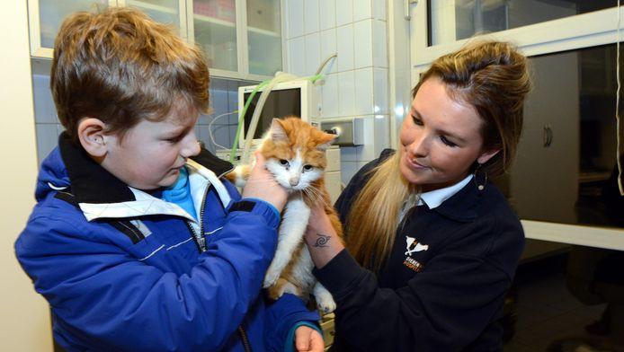 Tijmen kan zijn kat Smik eindelijk weer knuffelen.