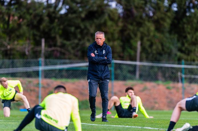 Edward Sturing is nadrukkelijk in beeld als nieuwe hoofd opleidingen bij Vitesse. Hij staat ook op de kandidatenlijst voor de positie van hoofdcoach voor volgend seizoen.