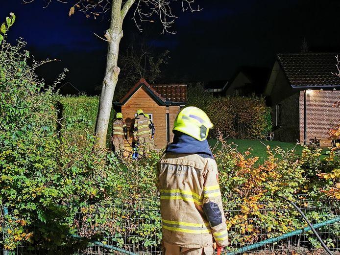 De brandweer aan het werk bij het schuurtje in Giesbeek.