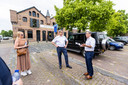 Burgemeester Nol Kleijngeld (rechts) geeft tekst en uitleg aan Brabants gedeputeerde Erik Ronnes over de toekomstplannen voor de Gedempte Haven.
