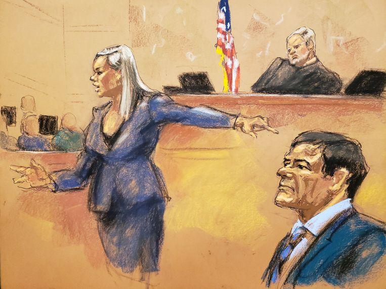 Aanklager Amanda Liskamm wijst naar Joaquin 'El Chapo' Guzman tijdens haar reactie op het slotpleidooi van de verdediging. Beeld REUTERS