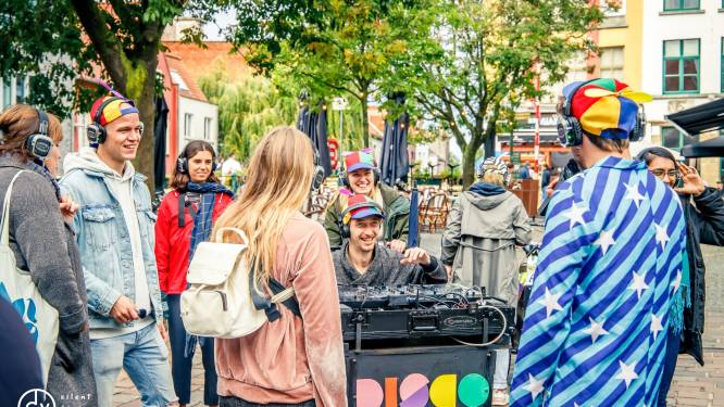 Nog twee weekends 'silent disco' wandelingen: gids zorgt voor interessante weetjes, DJ voor een feestje