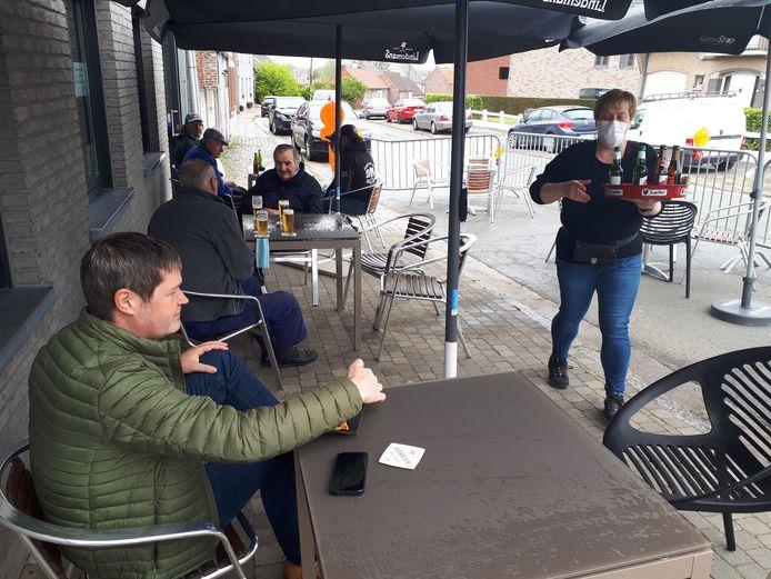 Burgemeester Tim De Knyf deed zijn eerste terrasje in café De Put.