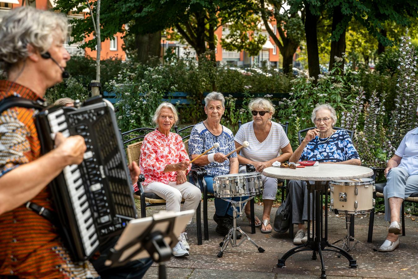 Muziekcoach Willem van der Heijden begeleidt de bewoners van woonzorgcentrum Akert in Geldrop met zijn accordeon.