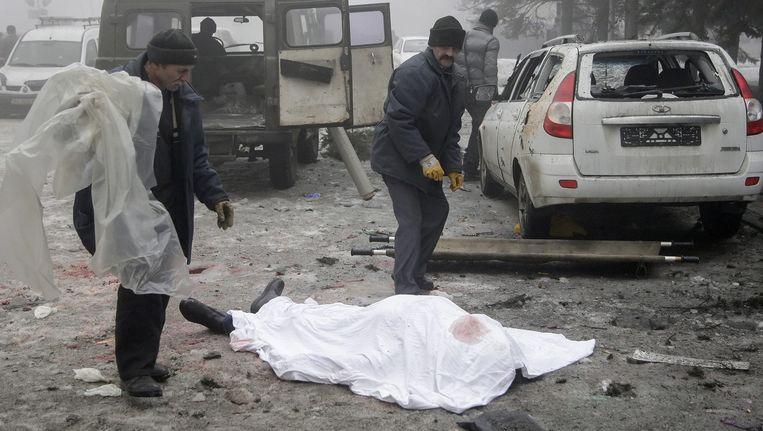 Zeker zeven mensen werden gedood in Donetsk bij aanvallen met mortiergranaten op een cultureel centrum en een trolleybus. Beeld EPA