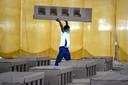 Een medewerker van de spirituele organisatie Radha Soami Satsang Beas in New Delhi helpt mee met de inrichting van een ziekenzaal. Er zijn zoveel besmettingen in de Indiase hoofdstad dat er gebruik wordt gemaakt van kartonnen bedden.