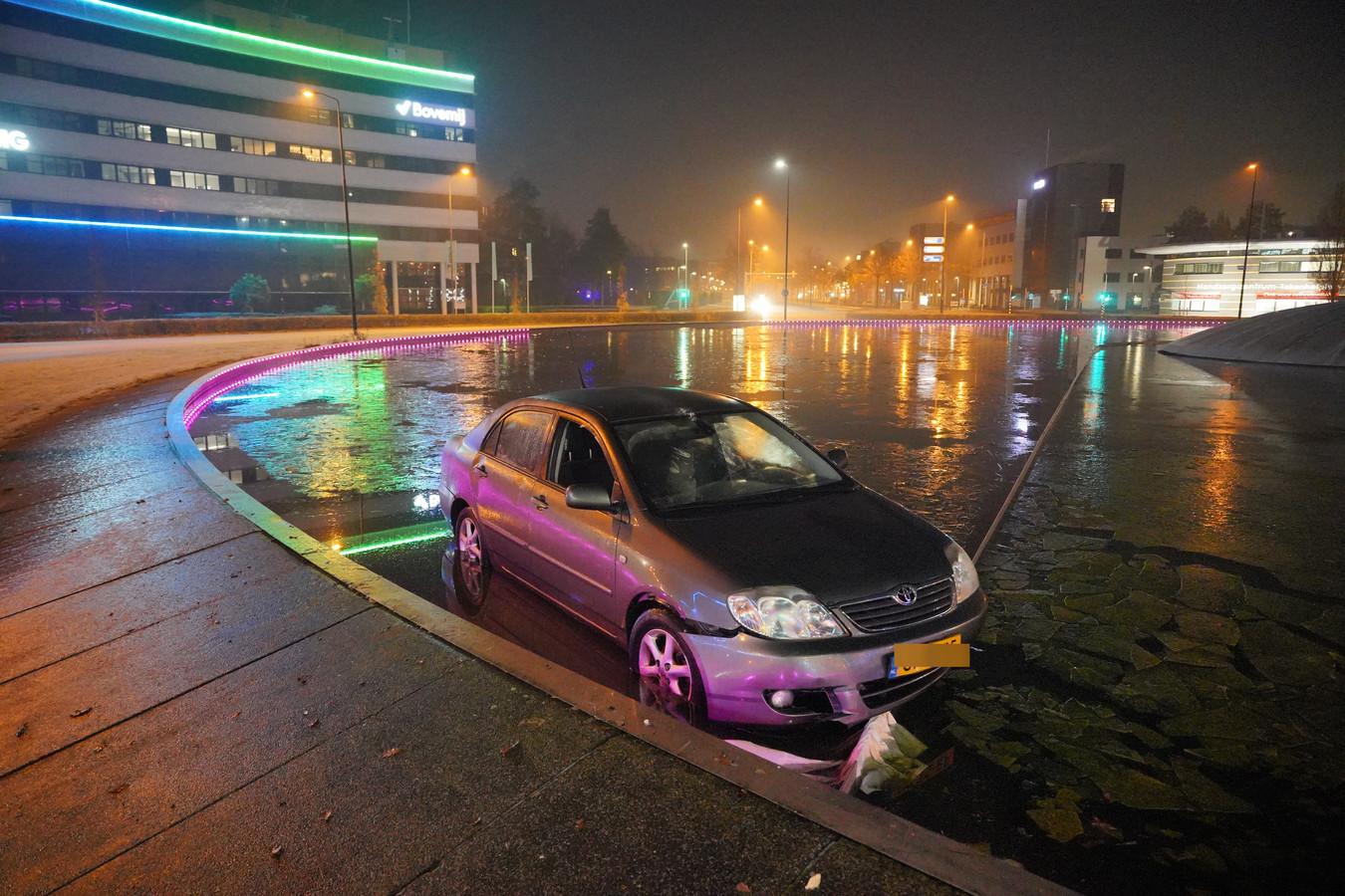 De auto is in de vijver beland van het Takenhofplein.