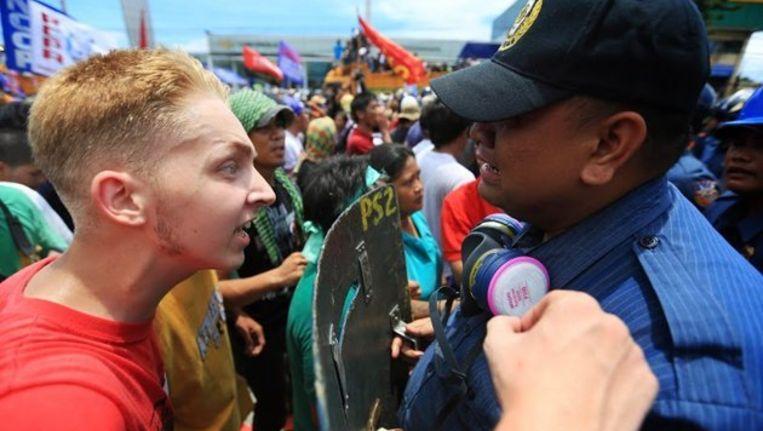 Thomas van Beersum en de huilende Filipijnse agent. Beeld Facebook