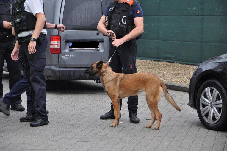 De politie had ook een explosievenhond bij.