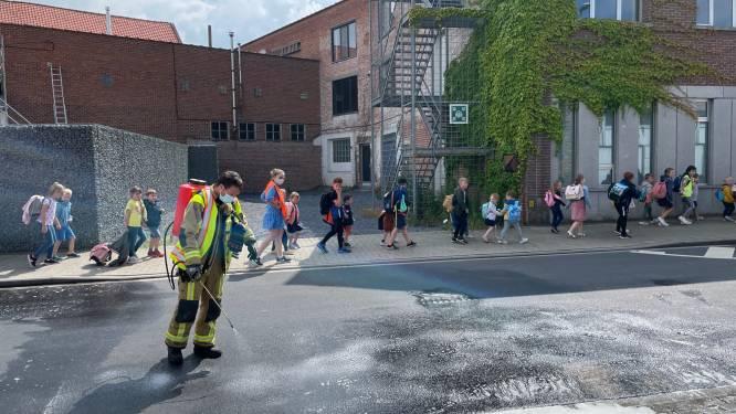 Brandweer ruimt hydraulische olie dieplader op in centrum Hooglede