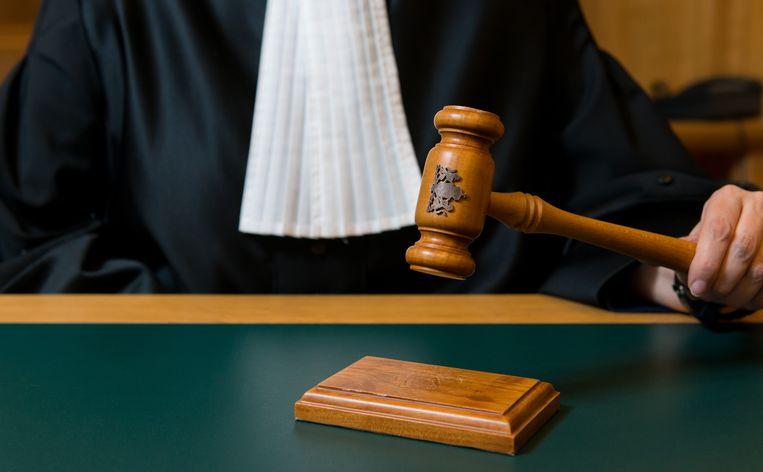 Een rechter slaat met een hamer na de uitspraak van een vonnis. ANP XTRA ROOS KOOLE Beeld ANP XTRA