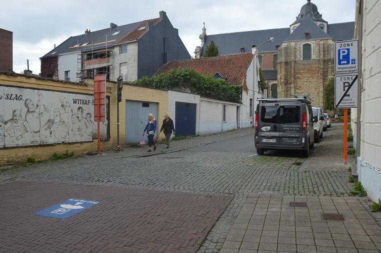 In de Dekenijstraat is er een blauwe zone.